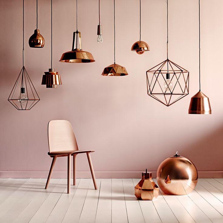 9 lampade colore rame con sedia Visu rosa di Muuto