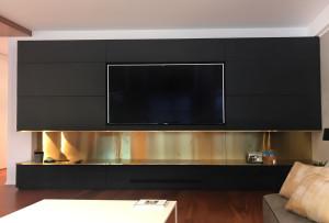 Case study Bagliori d'ottone_parete tv e camino con ottone