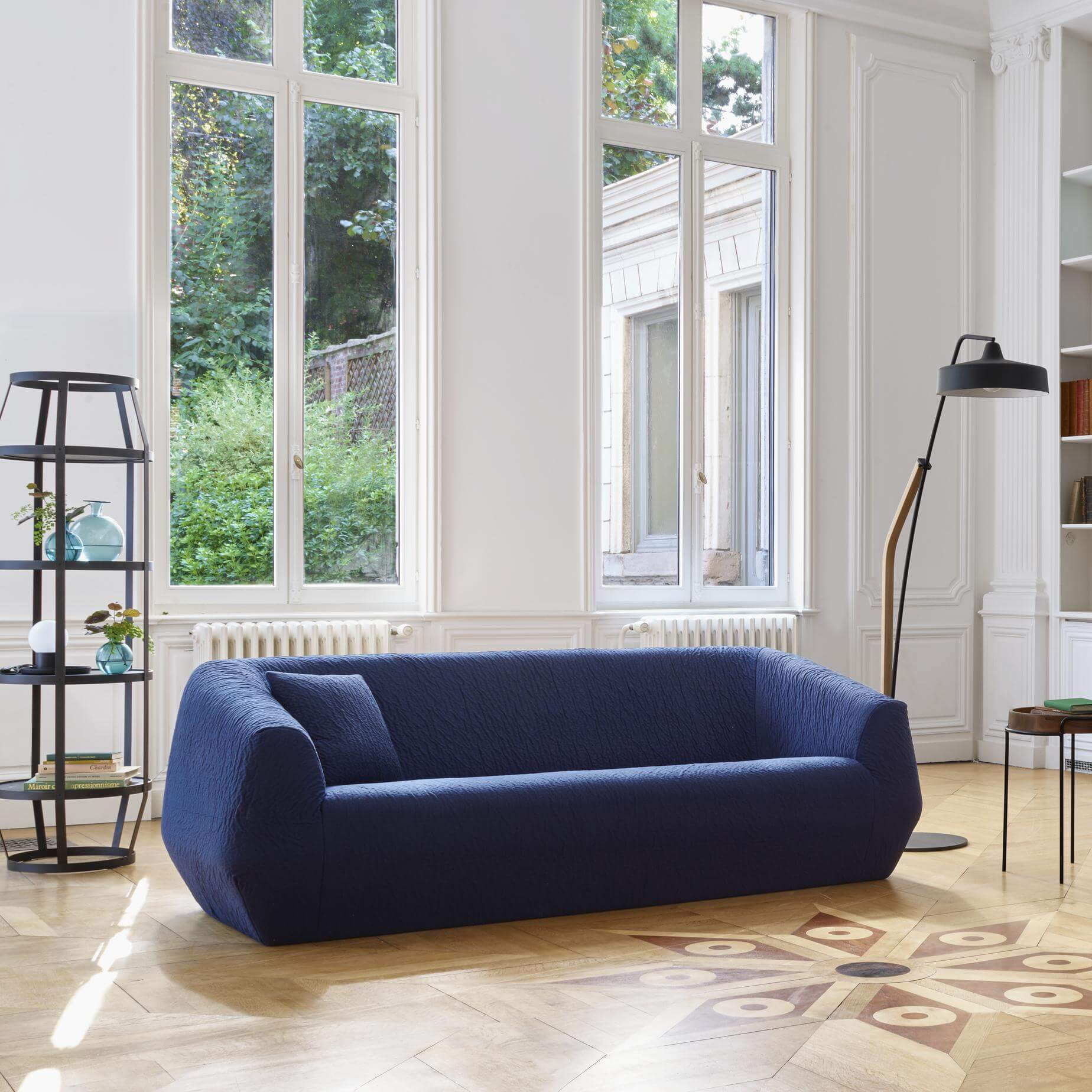 arredo living con divano blu