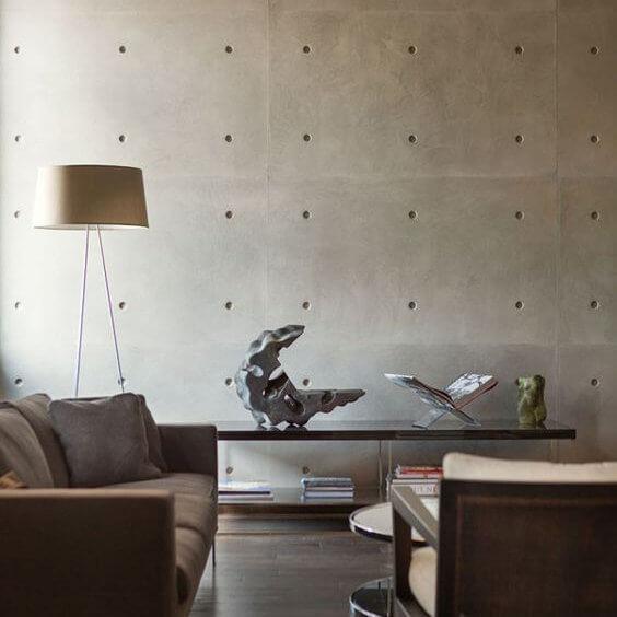 arredamento living con parete cemento