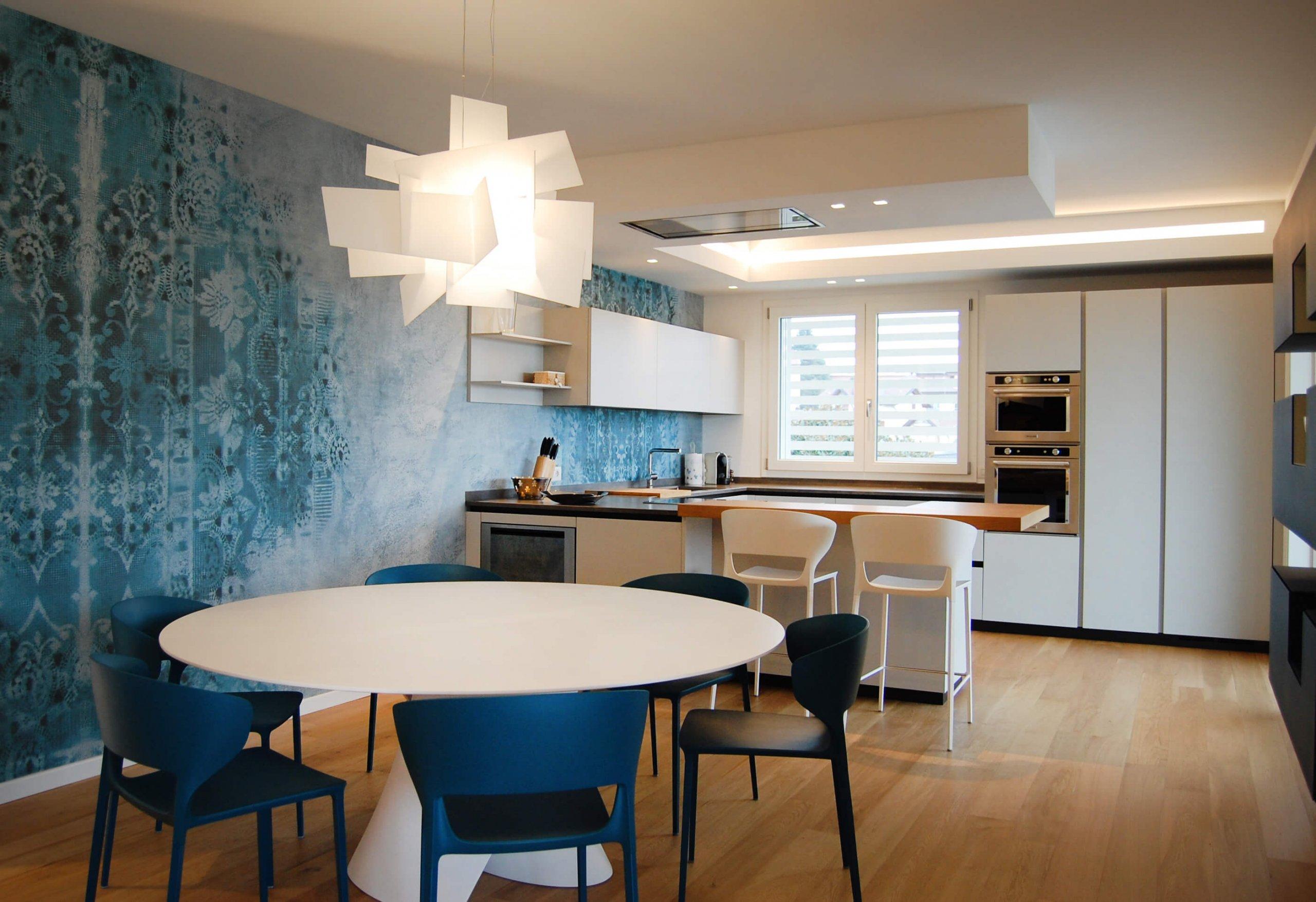casa moderna nei colori del blu e del giallo